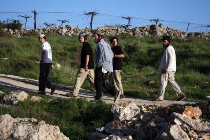 مستوطنون يغلقون طريق نابلس - جنين ويعتدون على مركبات المواطنين