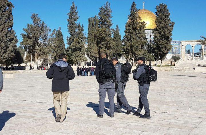 الاحتلال يبعد شابين مقدسيين عن المسجد الأقصى