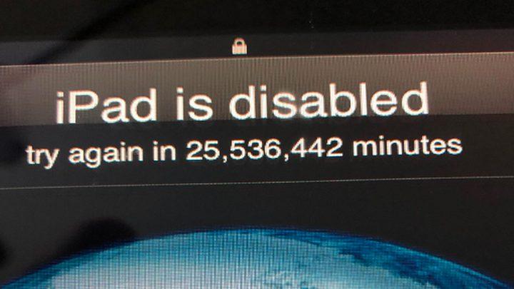 """طفل يقفل """"آيباد"""" والده 25 مليون دقيقة!"""