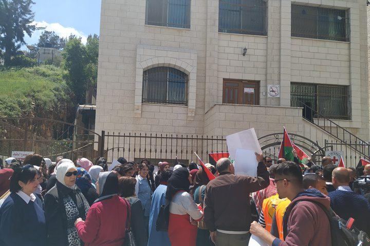 الوقفة التضامنية التي نظمتها الهيئة العليا لدعم الأسرى وفصائل العمل الوطني، أمام مقر الصليب الأحمر في نابلس، وذلك تضامنا مع الحركة الأسيرة داخل سجون الاحتلال الاسرائيلي.