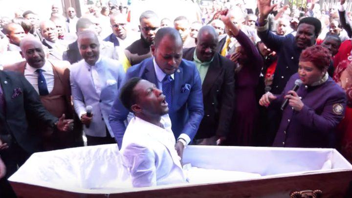"""وفاة النجم الإفريقي الذي """"صحا من الموت"""" خلال جنازته"""