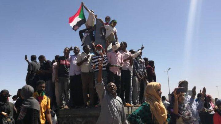 """السودان.. مقر القيادة العامة """"يغلي"""" واحتفالات بالشوارع"""