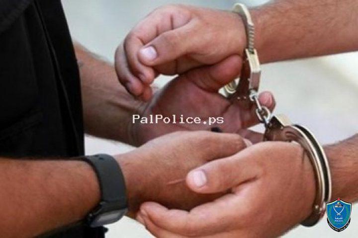 الشرطة تقبض على 3 أشخاص متلبسين بتعاطي المخدرات