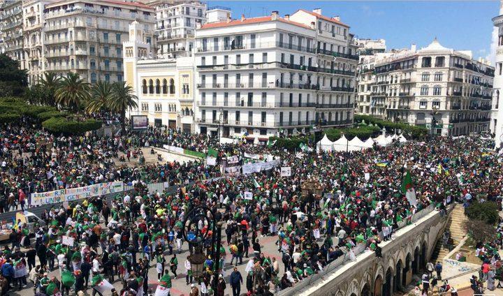 آلاف الجزائريين يطالبون بالتغيير في جمعة ما بعد بوتفليقة