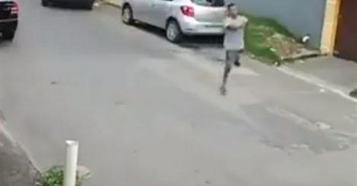 لص بساق واحدة يحاول سرقة سيارة