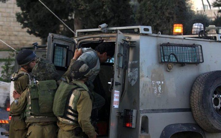 الاحتلال يعتقل شابين على حاجز عسكري في جبل الرحمة بالخليل