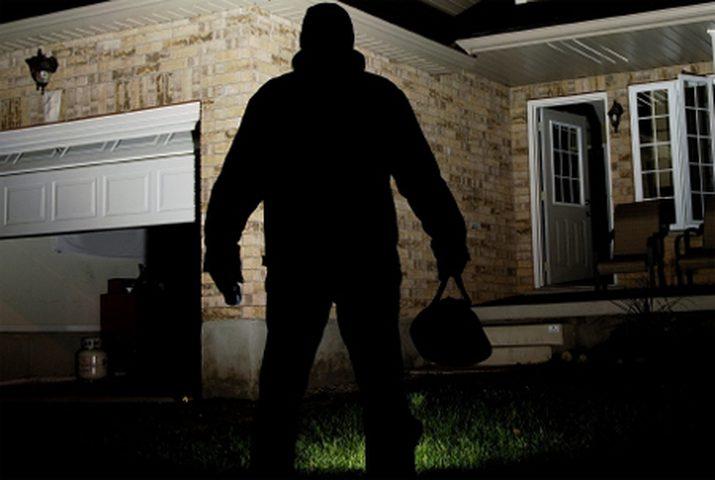 شاب شجاع يمكن الشرطة من القبض على لص حاول سرقة منزله!