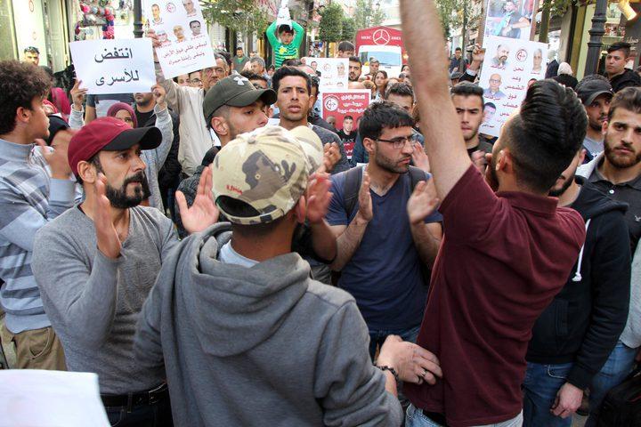 فعاليات تضامنية مع الأسرى المضربين عن الطعام في رام الله .