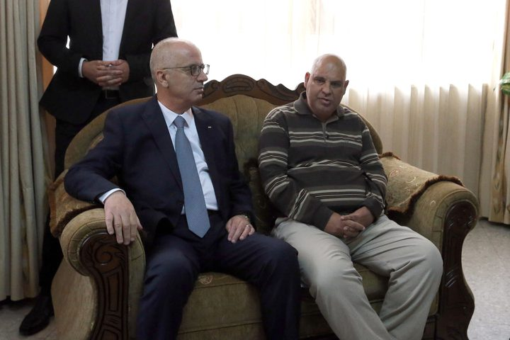 د. رامي الحمد الله خلال زيارة عائلة الشهيد محمود يوسف نخلة برام