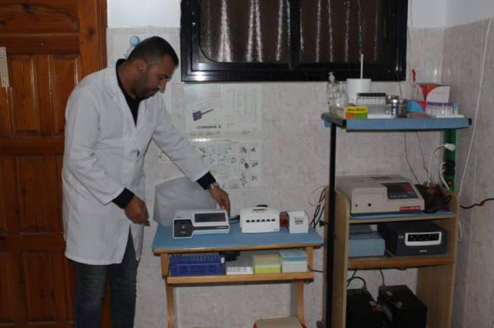 شاب فلسطيني يبتكر جهازًا لاستخراج الزيوت الطبية من الأعشاب
