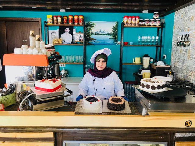 فتاة صماء تبدع في صناعة الحلويات بغزة