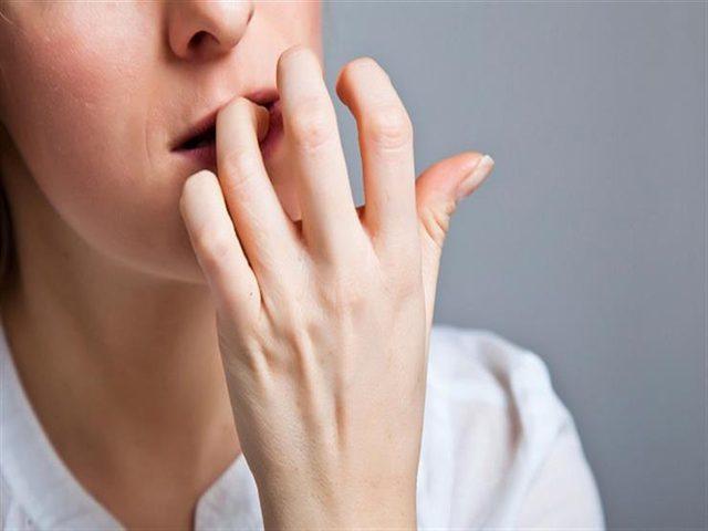 5 مخاطر صحية يسببها قضم الأظافر..اعرفها