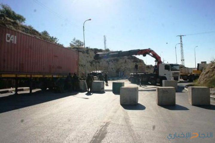 الاحتلال يغلق طريقا بالسواتر الترابية جنوب الخليل