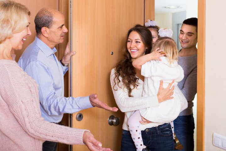 الزيارات العائلية التزام اجتماعي لا يخلو من ثقل على كاهل الأسر