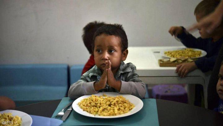 """""""خدعة بسيطة"""" لإقناع طفل عنيد بتناول طعامه"""