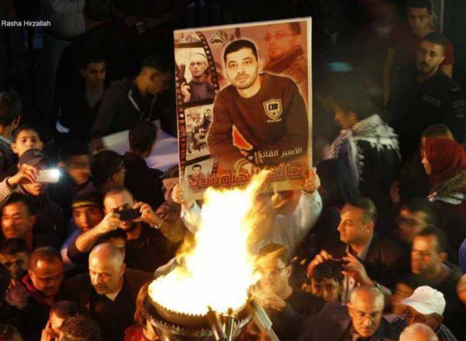 الخليل: إيقاد شعلة الحرية للأسرى ضمن فعاليات يوم الأسير الفلسطيني