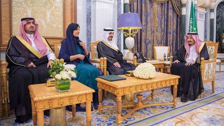 أول سفيرة سعودية تؤدي اليمين أمام الملك سلمان