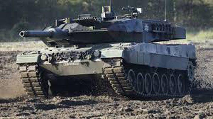 """شاهد.. سباق """"مرعب"""" بين دبابة روسية وسيارة مدنية"""
