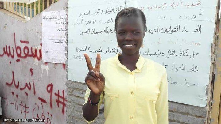 """ملكة جمال سودانية """"تصنع التغيير"""" في اعتصام القيادة"""