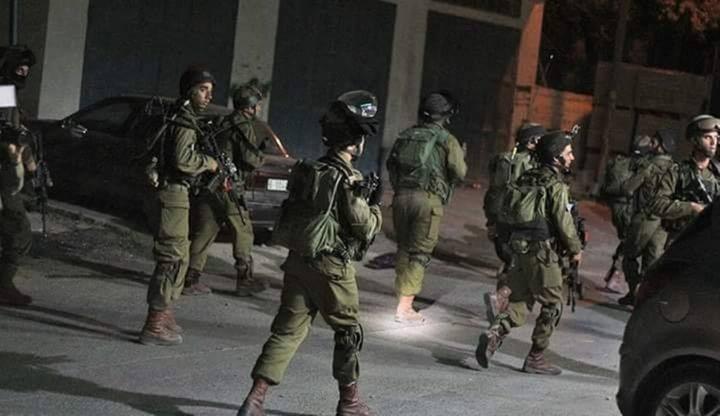 الاحتلال يعتقل شابا من الخليل ويغلق مدخل مخيم الفوار