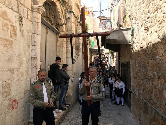 الطوائف المسيحية الغربية في فلسطين تحتفل مساء اليوم بسبت النور