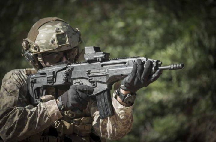 """اسرائيل تستعرض بندقية """"كرمل""""الجديدة بمواصفاتها القتالية الكبيرة"""