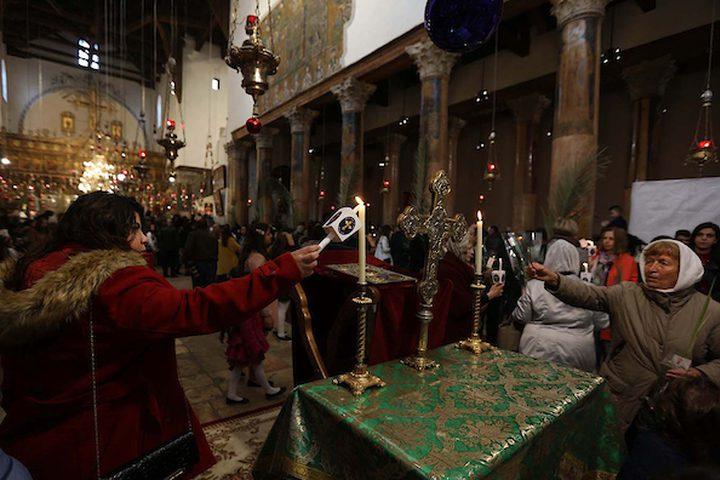 المسيحيون الفلسطينيون يشاركون في قداس يوم الأحد في كنيسة القديس بورفيريوس في كنيسة المهد في مدينة بيت لحم بالضفة الغربية ،