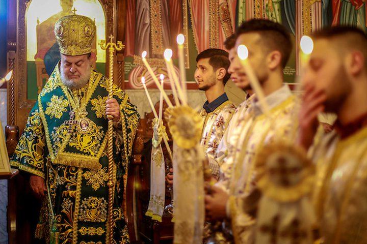 المسيحيون الفلسطينيون يشاركون في قداس يوم الأحد في كنيسة القديس بورفيريوس في كنيسة المهد في مدينة بيت لحم بالضفة الغربية