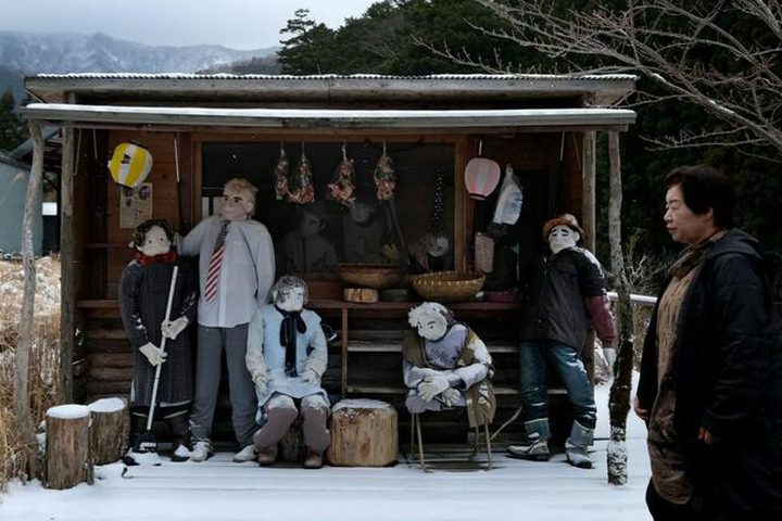 لمحاربة الوحدة.. يابانية تُغرق قريتها بالدمى العملاقة