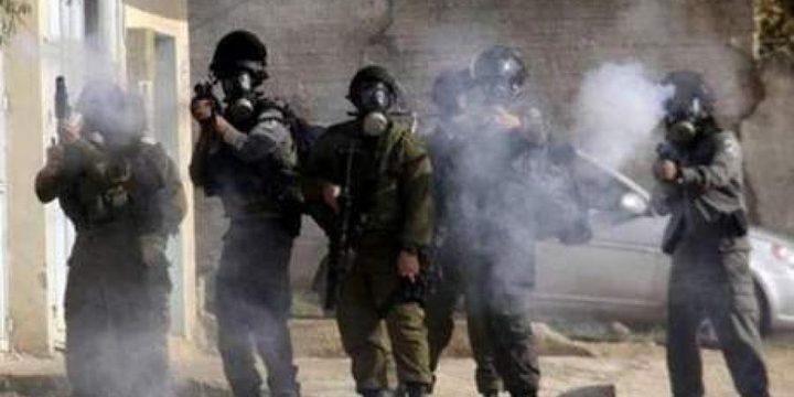 إصابات بالاختناق جراء إطلاق الاحتلال قنابل الغاز تجاه الطلبة