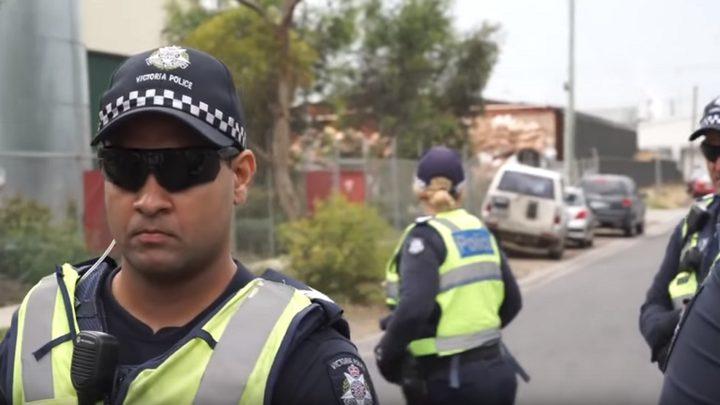 رجل يباغت شرطيا أستراليا ويطعنه أمام الناس!