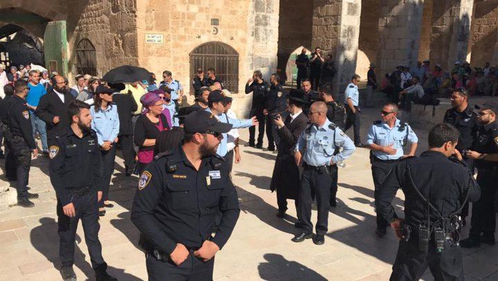 عشرات المستوطنين يقتحمون الاقصى بحماية شرطة الاحتلال