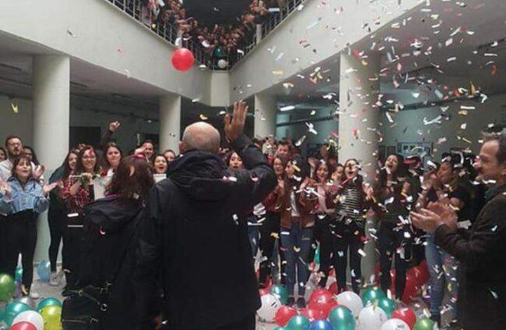 تركيا.. طلاب يحتلفون بشفاء أستاذهم من السرطان بطريقة مؤثرة