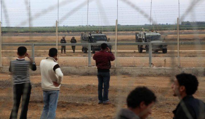 الاحتلال يطلق النار صوب شبان قرب السياج الحدودي