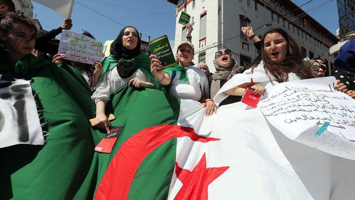 """محتجون يطالبون برحيل """"النظام"""" ومحاسبة """"العصابة"""" في الجزائر"""