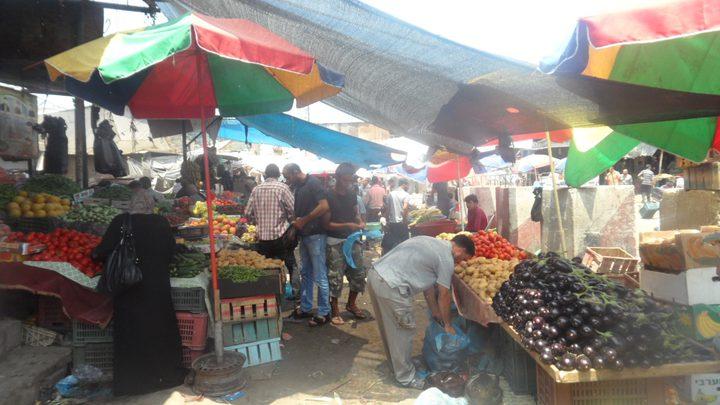 """في غزة.. أسر متعففة تعيش على """"برارة"""" السوق"""