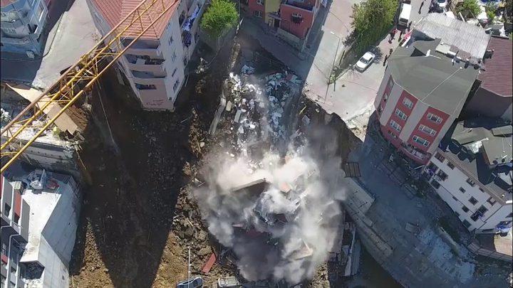 شاهد.. لحظة انهيار مبنى من 4 طوابق في اسطنبول