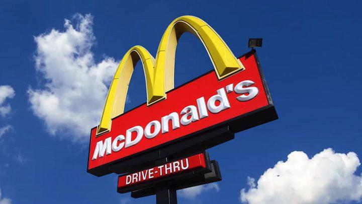 """شبان يعتدون بوحشية على موظف أمن في مطعم """"مكدونالدز"""""""