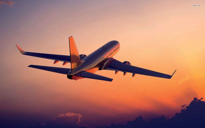 مسافر يحاول فتح باب طائرة في الجو.. ويعرض حياة الجميع للخطر !