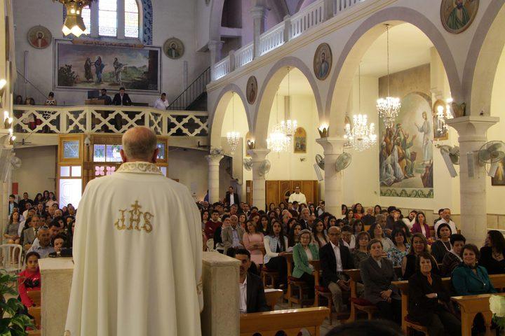 المسيحيون الفلسطينيون يحضرون قداس عيد الفصح الأرثوذكسي في كنيسة العائلة المقدسة في مدينة رام الله بالضفة الغربية ، 28 نيسان (أبريل) 2019.