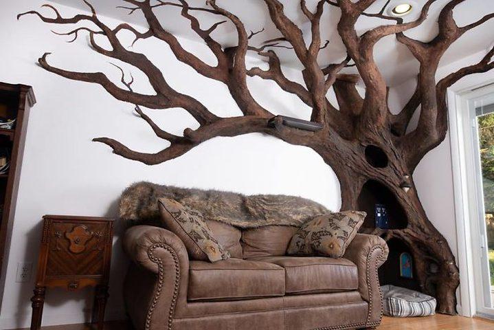 فنان يضع شجرة بديكور منزله