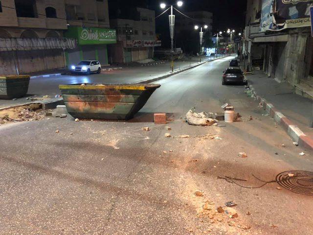 محتجون يغلقون شوارع رئيسة بالخليل