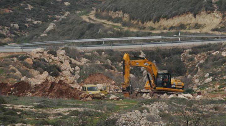 قوات الاحتلال تجرف أرضا وتقتلع أشجار الزيتون غرب بيت لحم