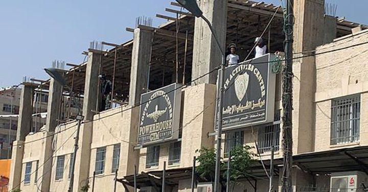 الاحتلال يقتحم مخيم شعفاط ويداهم مقر اللجنة الشعبية ومركز الشباب