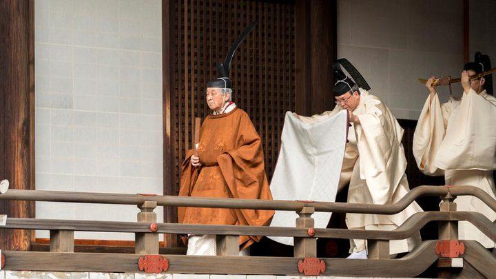 إمبراطور ياباني يتنازل عن العرش في حالة نادرة منذ قرنين