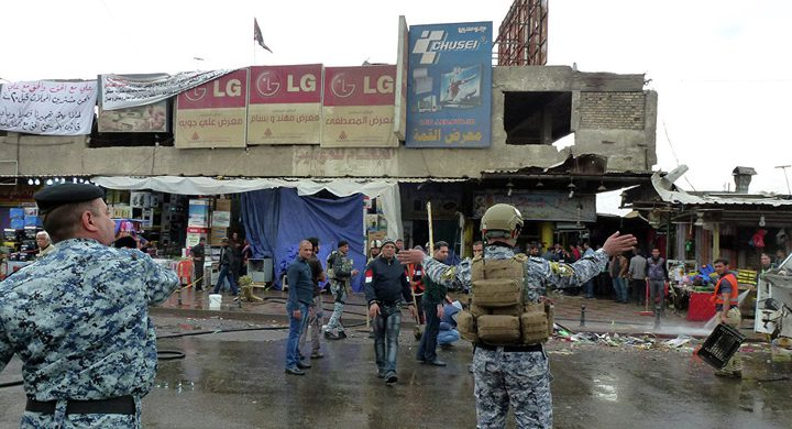 متظاهرون عراقيون ينزلون علم الكويت من مبنى القنصلية