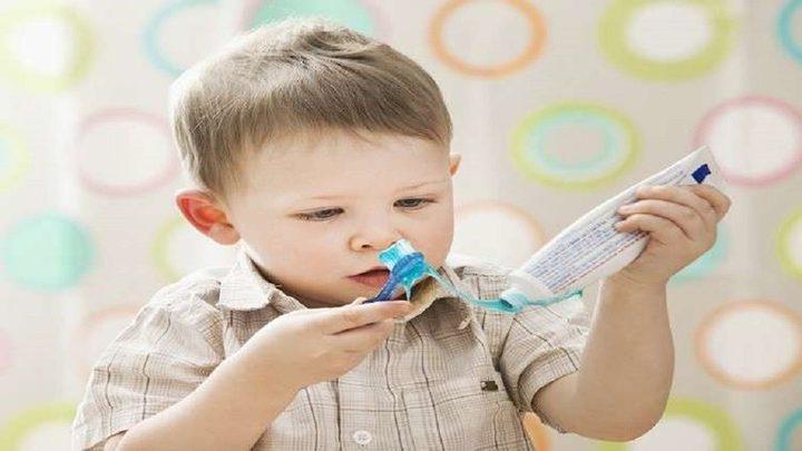 رفض الأطفال تنظيف أسنانهم يهدد حياتهم عند البلوغ