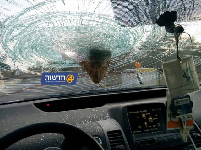 تضرر حافلة مستوطنين جراء رشقها بالحجارة قرب بيت لحم
