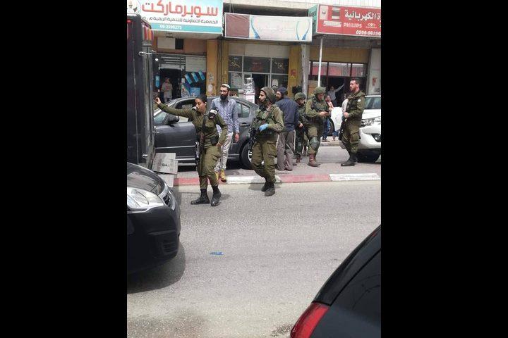 الاحتلال يلاحق شاباً بزعم الاعتداء على حافلة مستوطنين