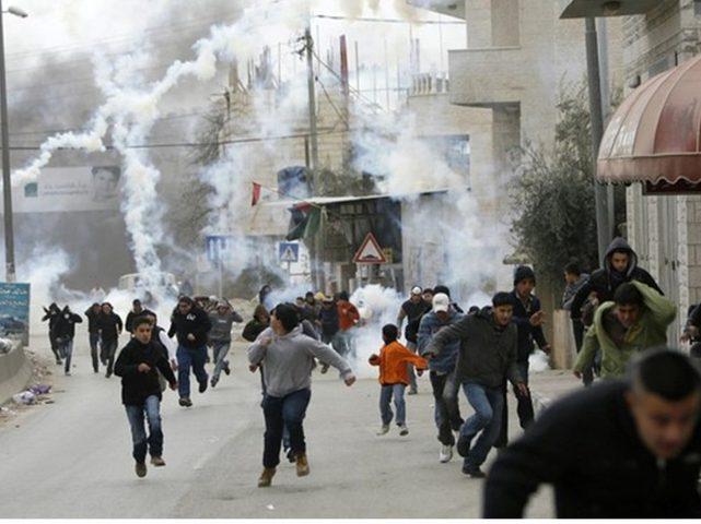 حالات اختناق جراء إطلاق الاحتلال قنابل الغاز صوب مدرسة الخليل